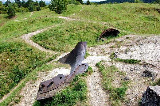 Die Hügel machen deutlich, wie die Granaten den Boden zerpflügt haben.