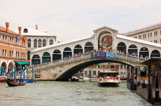 Touristenströme auf der Rialto Brücke.
