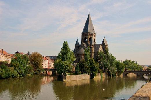 Die Kirche Temple Neuf liegt wie ein Schiff im Fluss.