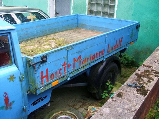 Mit diesem Fahrzeug haben die Eltern der Ludolfs einmal angefangen.