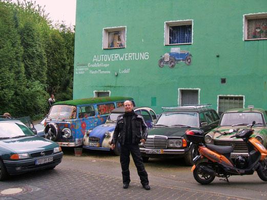 Motorradwanderer vor dem Haus der Ludolfs.