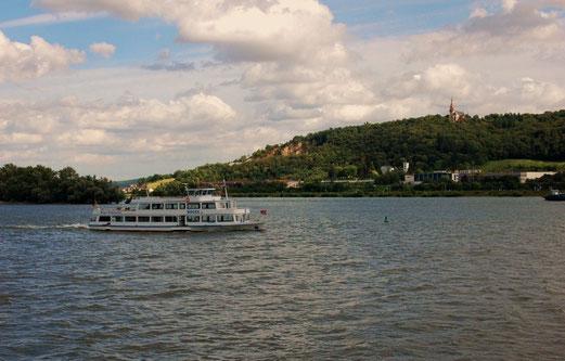 Ein Auge auf der Straße, daß andere auf dem Rhein...