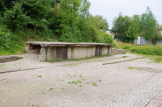 Reste der Bahnrampe im KZ Dachau.