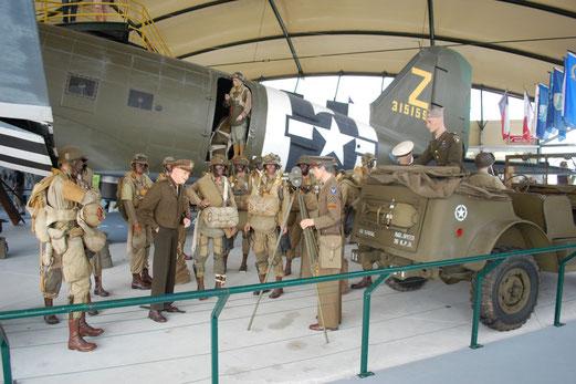 Omaha Beach Museum: Eisenhower besucht die Truppe.