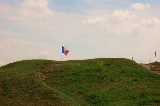 Die Tricolore weht über dem alten Schlachtfeld.
