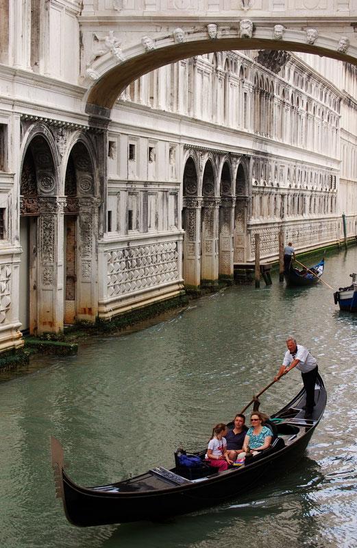 Verkehr auf dem Kanal.