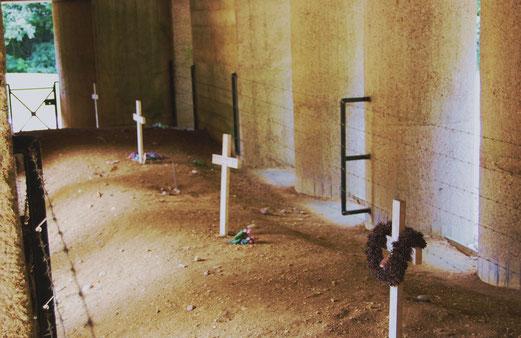 Der Graben der Bajonette. Die Bajonettspitzen der verschütteten Soldaten sind immer noch zu sehen.