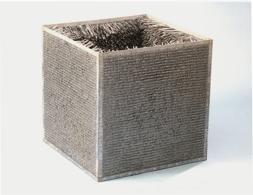 Eva Hesse, Accession II, acvier galvanisé et plastique, 78.1 × 78.1 × 78.1 cm, 53.1 kg, 1969, Detroit Institute of Arts.