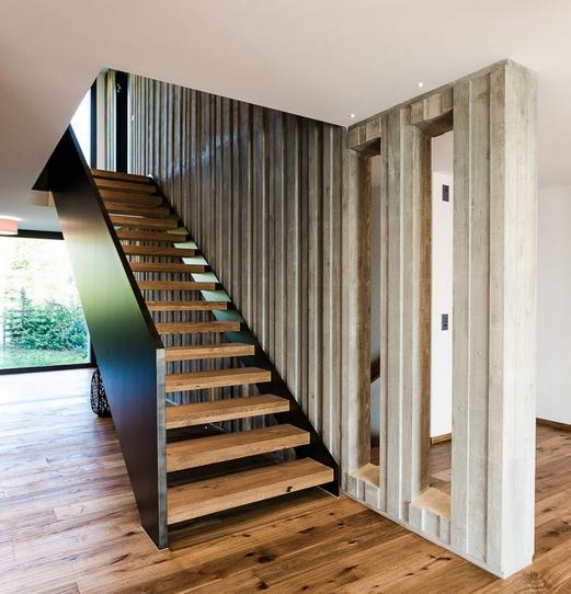 Sichtbetonwand im Bereich der Treppe mit Schalungseinlage über drei Geschosse