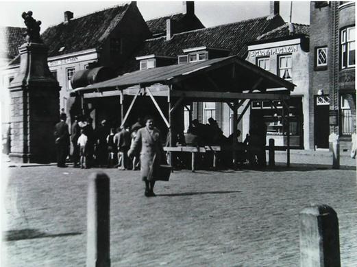 Op het einde van de oorlog ging het drinkwater ook op de bon en werd er in Goes op de Beestenmarkt een drinkwatervoorziening neergezet. Het rantsoen in 1944 was 1 liter per persoon, per dag. Goes, 22 september 1944. ©Beeldbank Zeeuwse Bibliotheek