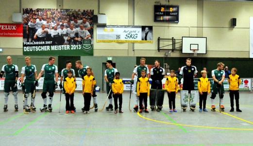 TuS D2-Jugend als Einlaufkinder in der Rollhockey-Bundesliga in Hamm-Herringen. - Foto: p.d.