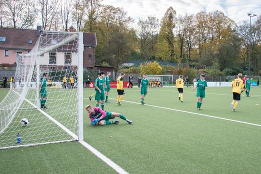 Die endgültige Entscheidung: das 3:1 für die B1-Jugend in der Schlussminute. - Foto: r.f.