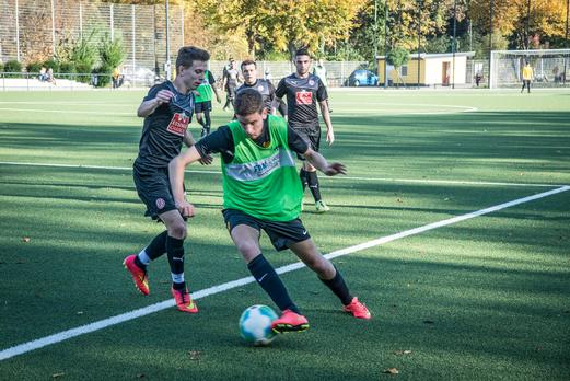 Dritte Mannschaft - mit grünen Leibchen - im Heimspiel gegen Rot-Weiss Essen 3. - Foto: r.f.