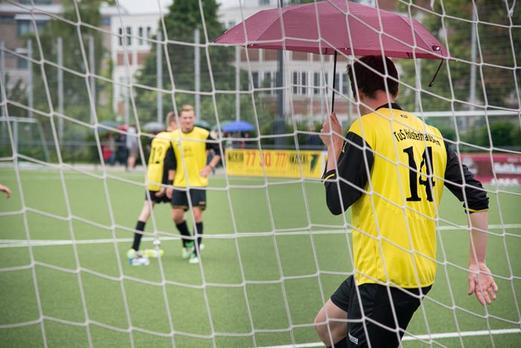 """Warmmachen: TuS """"alte"""" A-Jugend vor dem Spiel gegen die 2. Mannschaft des TuS. - (Foto: r.f.)."""