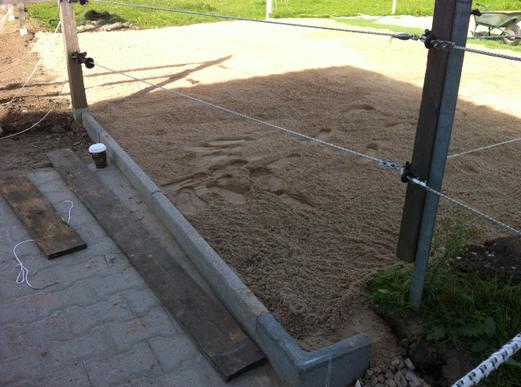 Weg und Übergang fertig gepflastert, Sand auf der vorderen Matte verteilt