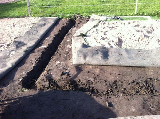 die Rasenkanten in den harten Boden einzugraben ist die größte Plackerei