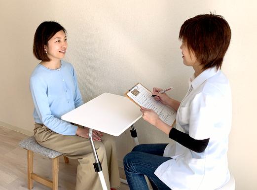 頭痛の悩みを話す女性 さと頭痛ラボ