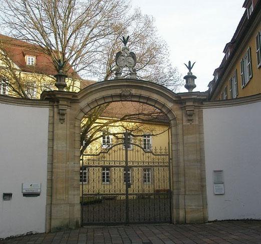 Eingang zum ehemaligen Spital, danach bis 1893 Taubstummenschule, heute: Hochschule für Wirtschaft und Umwelt, Neckarsteige 6-10, Foto: Margret Fuchs