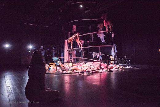 Bühnenbild, Kostüme, Zirkuswelt, weisse Luftballons, Clown