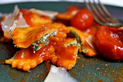 Nudelteig aus dem Pastamaker wird zu Ravioli mit einer Füllung aus Spinat und Ricotta