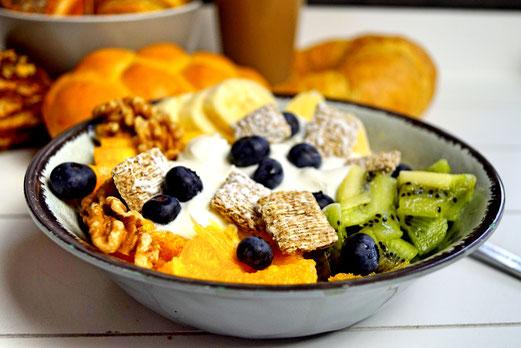 Bowl mit Obstsalat, Müsli und Joghurt - so kann der Tag beginnen!