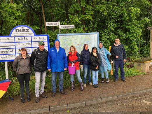 Die Diezer Christdemokraten um den Bürgermeisterkandidat Axel Fickeis trotzen dem Regenwetter und waren heute im Stadtwald Hain im Einsatz.