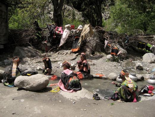 今も村の水路で子供たちが洗濯してるだろうな。