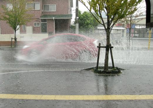 駐車場から道路に向かって撮影。カメラに雨が当たるので、ピークの時は撮れなかった。