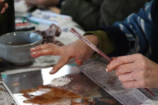ずこうの日② 塗り箸の研ぎ出しワークショップに参加する受講者