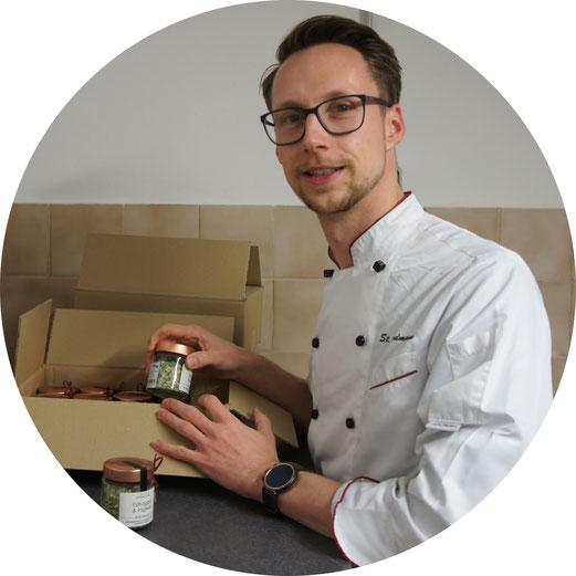 Der Gründer Stefan mit Kochjacke beim befallen von einem Packet