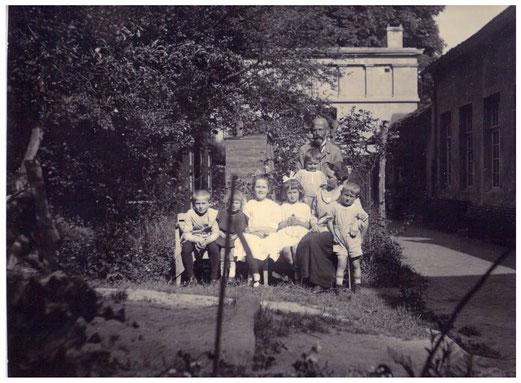 Familie Ludewig hinter dem Haus. Im Hintergrund die Heizerwohnung - Aufnahme 1925