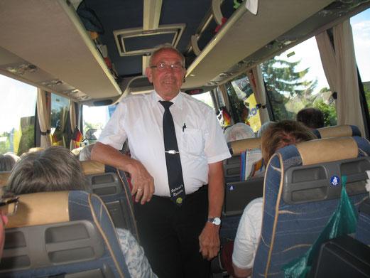 Busfahrer Helmut Drieling einmal nicht hinterm Lenkrad, sondern ganz entspannt während der Bahnfahrt mit dem Sylt-Shuttle zurück aufs Festland