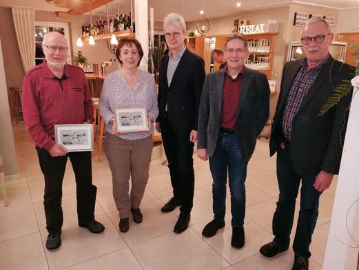 von rechts Jürgen Barkemeyer, Johann Damke und Hartmut Lueken mit den schei-denden Vorstandsmitgliedern Karin Stolle und Gerold Deye;  Foto: Georg Harfst