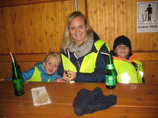 Charlott mit ihren Söhnen Mats und Pepe;  Foto: Karin Stolle