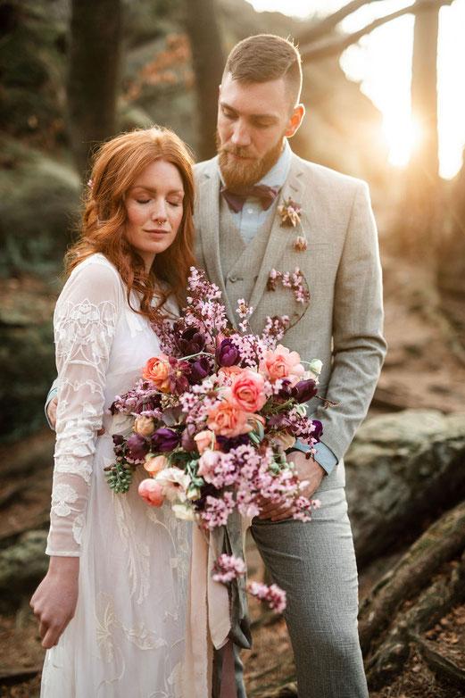 Brautpaar, Brautstrauß mit Kirschblüten, Sonnenuntergang