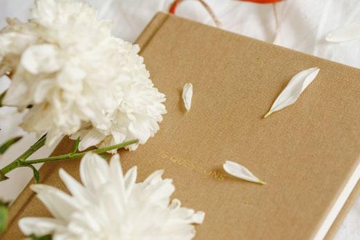 リングノートと春の花。ガーベラ、カーネーション、ライラック。