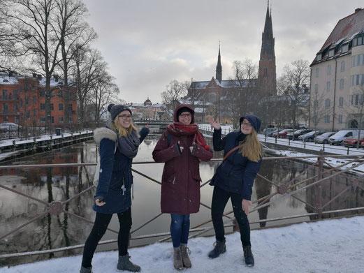 Magdalena Kollbeck, Stephanie Jarvers und Maria Korten vor dem Dom in Uppsala