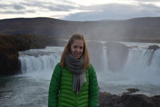 "Judith Bernhardt vor dem Wasserfall ""Góthafoss """