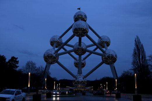 Atomium Brüssel bei Nacht, illuniminiert, Nachtfotografie, Architektur bei Nacht