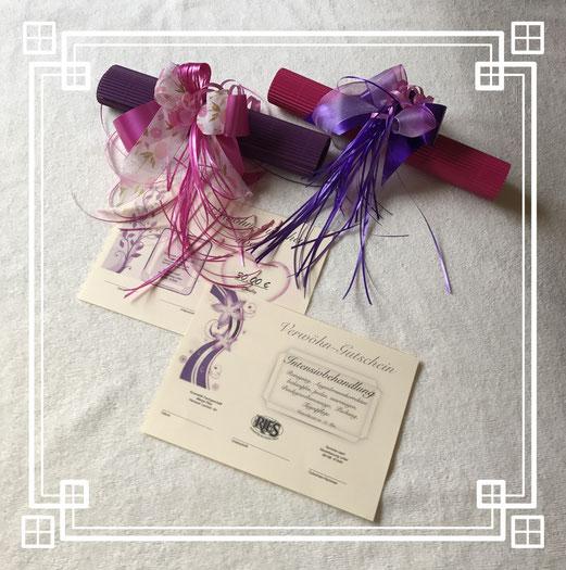Geschenkgutscheine werden in einer attraktiven Geschenkrolle verpackt. Sie können über eine Verwöhnbehandlung oder über einen von Ihnen gewünschten Geldbetrag ausgestellt werden.