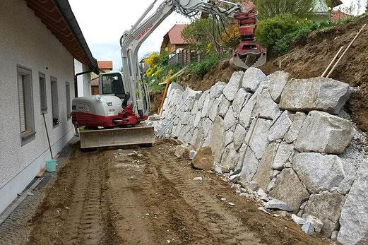 Baumaschinenverleih und Erdbau Schachner bietet Natursteinmauern und Geogitter zu fairen Preisen und günstigen Pauschalangeboten