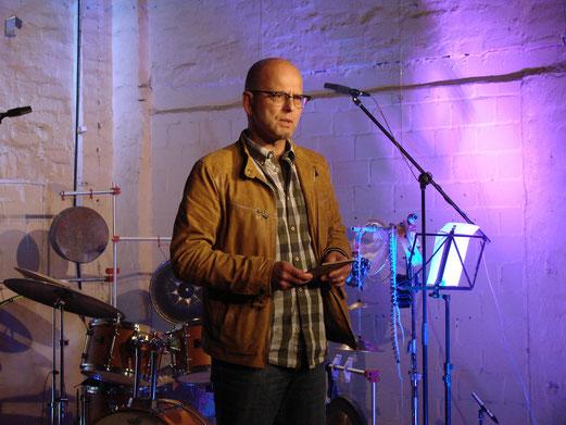 Jens Jähne kündigt das Konzert an.