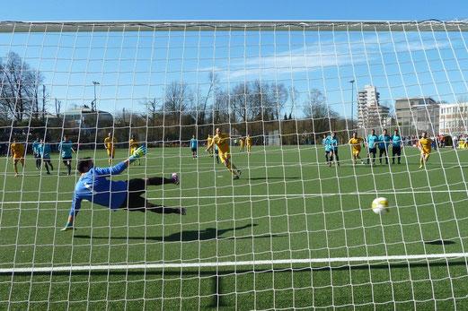 Pascal Rolinik erzielt mit einem verwandelten Handelfmeter die Führung für die Erste Mannschaft. - Foto: mal.