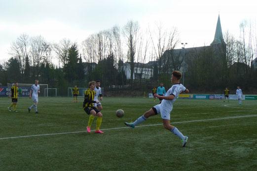 TuS A-Jugend im Spiel bei Sportfreunde Niederwenigern. - Fotos: mal.