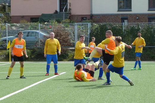 TuS Zweite Mannschaft im Heimspiel gegen Wacker Bergeborbeck 2. - Fotos: mal.