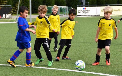 TuS F2-Jugend im Spiel gegen die F2 von BV Altenessen. - Fotos: dabu.
