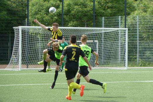 TuS A-Jugend im Spiel gegen den FC Stoppenberg. - Fotos: mal (1-5,10), abo (6-9).