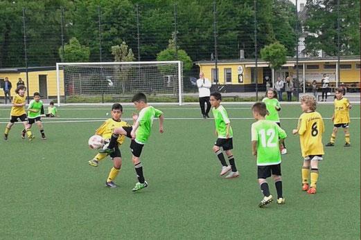 TuS F1-Jugend im Dienstagabendspiel gegen DJK JuSpo Altenessen. - Foto: mal.