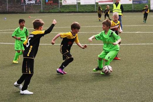 TuS F2-Jugend im Spiel bei der F1 des SC Phönix. - Fotos: mage.