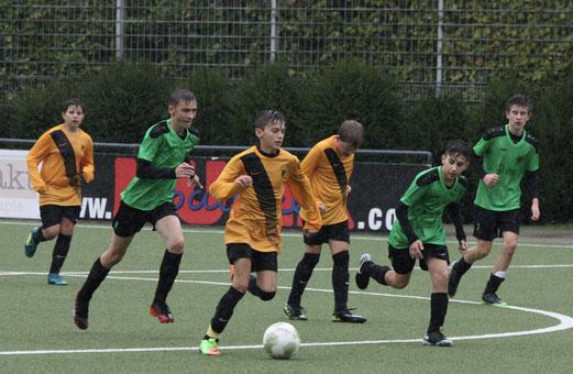 TuS C1-Jugend im Spiel gegen SuS Haarzopf. - Fotos: pad.